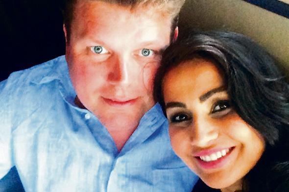 """רוברט אוסטרלונד ובת זוגו החדשה אזדה בנאי, המכונה בכתבה """"מעצבת הפנים"""". מה נשאר ומה מוסתר אחרי 20 שנות זוגיות"""