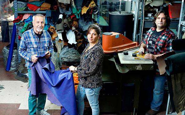 """חזי שמש (משמאל), בתו חן ובן זוגה עמית פאר במפעל נעלי בנג'י. """"עבדנו על עצמנו כדי שנוכל לעבוד יחד"""""""