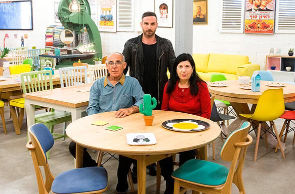 """רחל, גלעד ויוסי גולן בחנות הרהיטים. """"עכשיו אנחנו מייצרים פחות ומרוויחים יותר"""""""