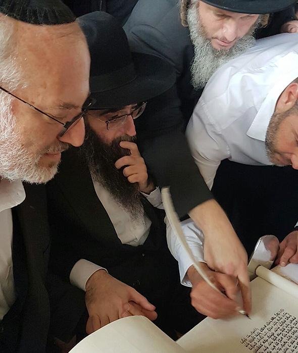 הרב יאשיהו פינטו חוגג עם חסידיו את שחרורו מהכלא יחד עם אדוארדו אלשטיין בעלי השליטה ב אי.די.בי