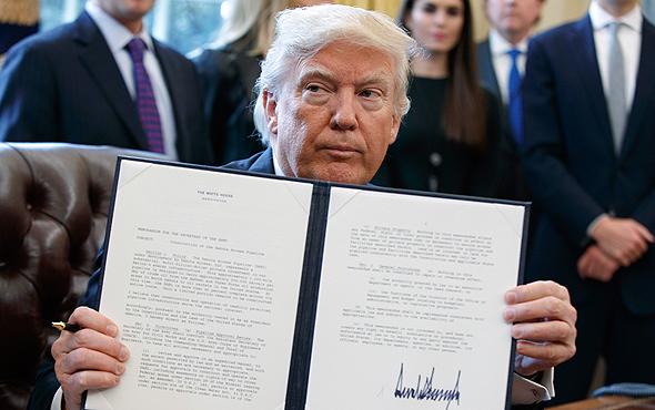 דונלד טראמפ חתימה על הנחת צינורות נפט ב דקוטה, צילום: איי פי