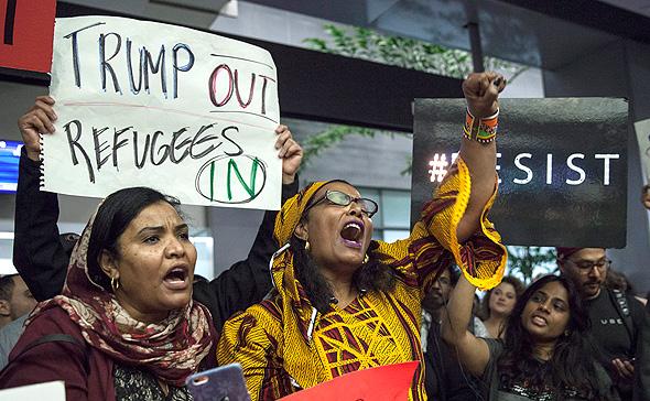הפגנה בשדה התעופה בסן פרנסיסקו נגד דונלד טראמפ בעקבות הצו האוסר כניסת אזרחי 7 מדינות מוסלמיות, צילום: אי פי איי