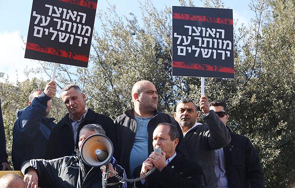 ראש עיריית ירושלים ניר ברקת בהפגנה נגד משרד האוצר