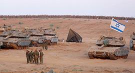 """כוחות צה""""ל ממתינים ליד הגבול עם רצועת עזה מבצע צוק איתן, צילום: אי פי איי"""