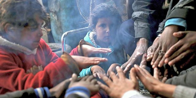 משפחה פלסטינית בעזה, צילום: אי פי איי