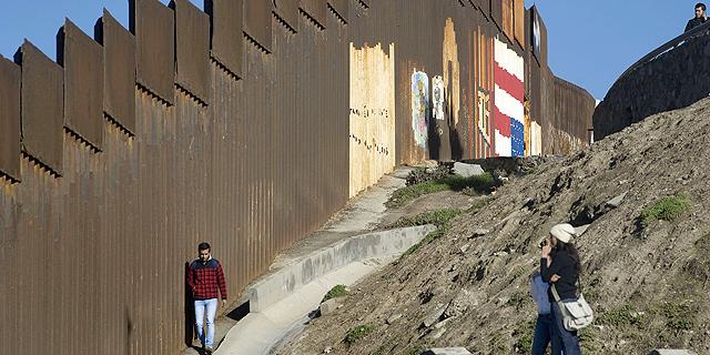 """דיווח: ארה""""ב שוקלת להפריד בין נשים לילדים החוצים באופן בלתי חוקי את הגבול עם מקסיקו"""