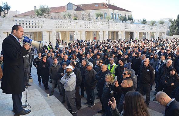 ניר ברקת ראש עיריית ירושלים הבוקר מול מפגינים
