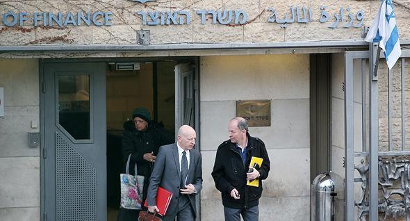 """מימין אורי יוגב בצאתו מהשימוע במשרד האוצר ועו""""ד איזי הולדשטיין, צילום: עמית שאבי"""