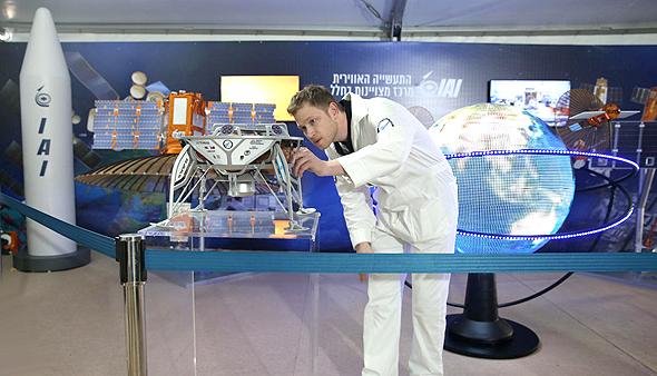מתוך התערוכה. יש גם רכב חלל ומתקן בנג