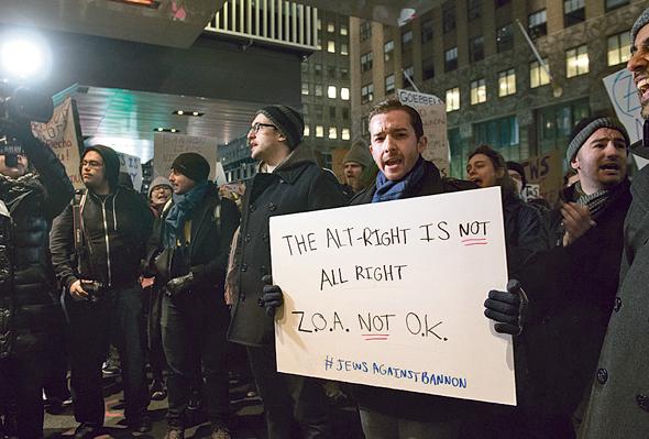 """יהודים מפגינים נגד השתתפות בנון באירוע של ארגון ציוני אמריקה בניו יורק, בנובמבר. """"התקשורת צריכה לסתום את הפה שלה ורק להקשיב למשך תקופה"""""""