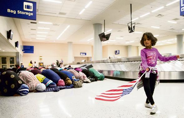 תפילת מחאה של מוסלמיות נגד איסור הכניסה לארצות הברית, בנמל התעופה בדאלאס ביום ראשון. בנון הוביל את ההחלטה על הצו, שספגה ביקורת אפילו ממקורבי טראמפ