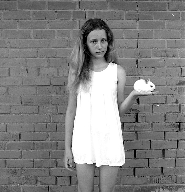 מאיה וארנבת. עבודתו של הצלם בועז לניר , צילום: בועז לניר