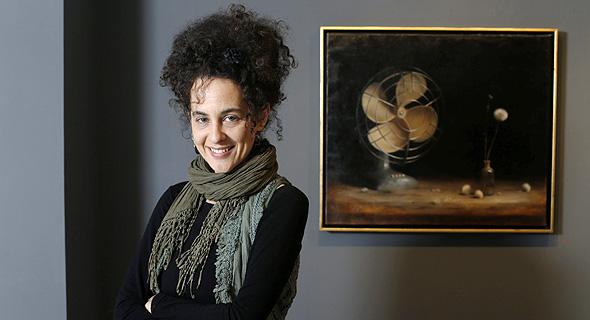 """דנה זלצמן על רקע ציור שלה. """"בתקופות שטוב לי ונחמד לי — לא כואב לי"""""""