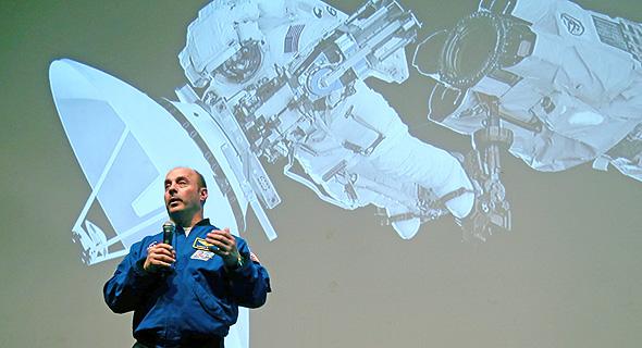 Garrett Reisman speaks to an audience. Photo: Yariv Katz