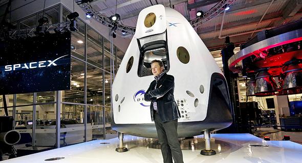 מייסד SpaceX אלון מאסק וכלי החלל Dragon 2.0. עיצוב ייחודי