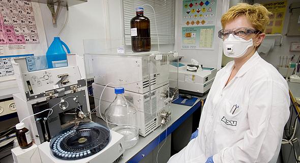 מדענית ב מעבדת אבטחת איכות של חברת טבע TEVA