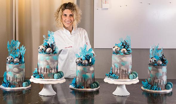 """תובל והסקיי־קייקס. """"אף אחד בעולם לא עושה עוגות כאלה. הן קצת מייצגות אותי"""", צילום: אוראל כהן"""