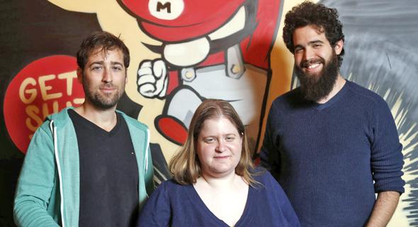 """מימין: המייסדים גיא גרינולד, עילית רז ואלעד שמילוביץ. """"המטרה היא ליצור התערבות אצל המנהלים הזוטרים"""", צילום: עמית שעל"""