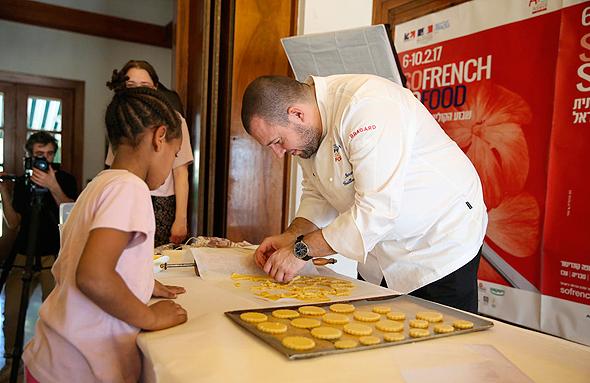 השף של ארמון האליזה מבשל עם ילדי פליטים, צילום: אוראל כהן