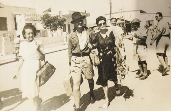 1948. מאיר שמגר בן ה־22 עם אמו דינה בנמל תל אביב, בשובו מהכלא באפריקה