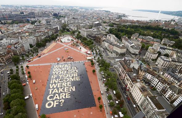 מודעת ענק בז'נבה, שוויץ, לפני משאל העם שכשל בנושא מימון הכנסה־לכל. המצביעים חששו מפגיעה בכלכלה