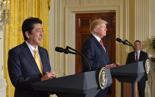 """נשיא ארה""""ב דונלד טראמפ וראש ממשלת יפן במסיבת עיתונאים משותפת, אתמול, צילום: איי אף פי"""