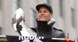 טום בריידי עם גביע הסופרבול, צילום: אי פי איי