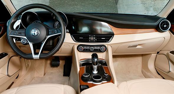 פנים הרכב. כפתור התנעה על גלגל ההגה, צילום: עמית שעל
