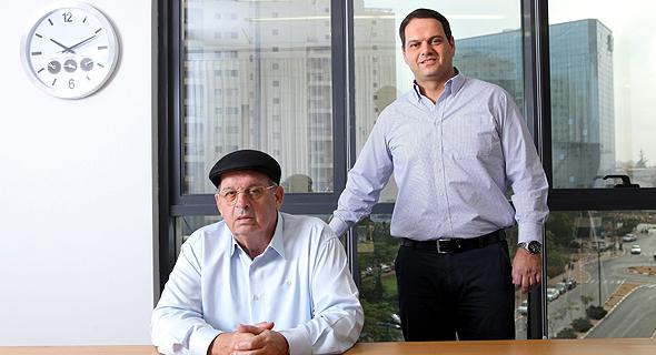 """מימין: מנכ""""ל מנרב דרור קוזניצקי ובעל השליטה במנרב אברהם קוזניצקי"""