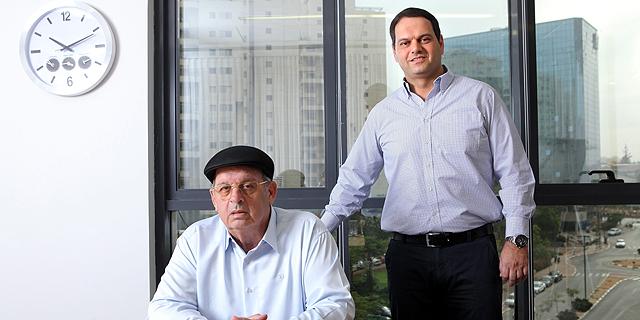 """מימין מנכ""""ל מנרב דרור קוזניצקי ובעל השליטה במנרב אברהם קוזניצקי, צילום: עמית שעל"""