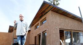 אורי רגב בחזית הבית שבנה במו ידיו, צילום: עמית שעל