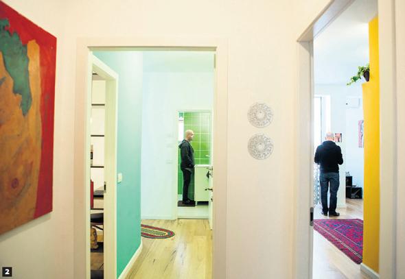 שני אגפי המגורים הנפרדים. דומים בגודלם, בצבעוניותם ובחומריהם, אך מותאמים לכל דייר