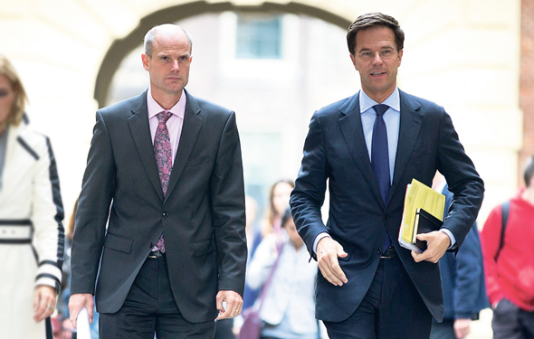 """שר השיכון ההולנדי, סטף בּלוֹק (משמאל, לצד ראש הממשלה מארק רוּטֵה): כשנכנסתי לתפקיד, שוק המשכנתאות נשלט בידי ארבעה בנקים. היום חלקם במשכנתאות חדשות הוא פחות מחצי השוק"""", צילום: אי.פי.איי"""