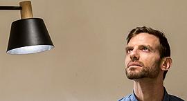 """מגזין נדל""""ן 15.2.17 אסף ויינברום מעצב תאורה סטודיו, צילום: תומי הרפז"""
