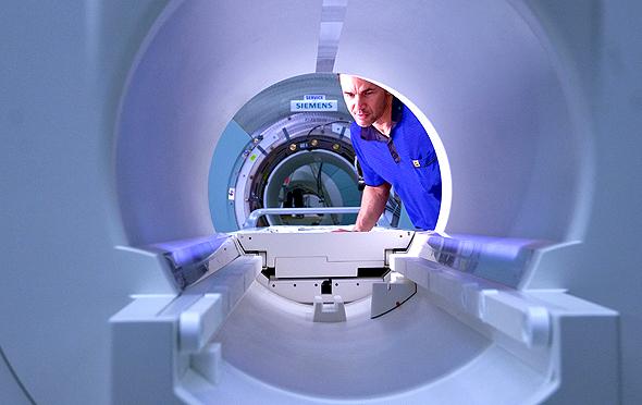 המחשב יזהה טוב יותר מהרופא. סורק רפואי, צילום: בלומברג