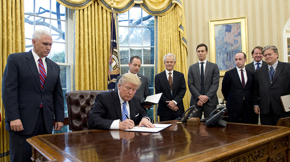 """נשיא ארה""""ב דונלד טראמפ חותם על צו נשיאותי יועצים הבית הלבן כוורת , צילום: בלומברג"""