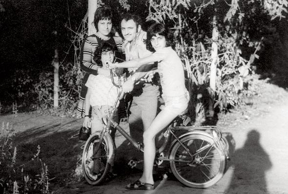 1976, רוני גמזו, בן 10, עם הוריו מלכה וציון ואחיו מאיר בן ה־12, בטיול למקווה ישראל