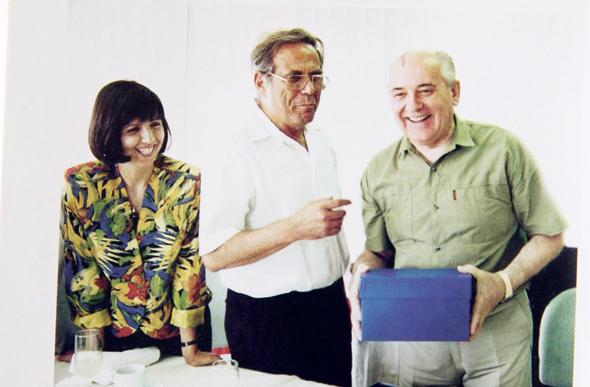 """ורטהיימר ואביה עם מיכאיל גורבצ'וב, 1991. """"חשוב לה להוכיח שהיא יודעת לעשות רווחים בלי קשר לאבא"""""""