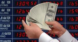 """מסחר  דולר יורו מט""""ח, צילום: בלומברג"""