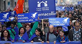 """מפגינים בברצלונה, אתמול. """"נהפוך לבירת התקווה"""", צילום: אי פי איי"""