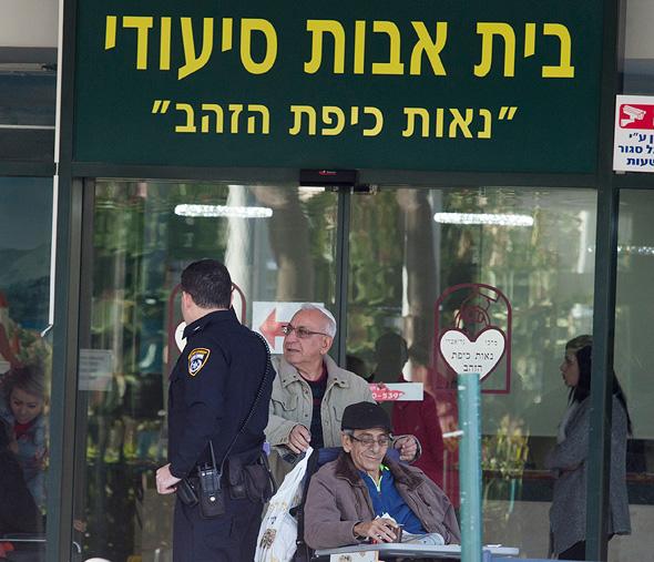 בית אבות נאות כיפת הזהב בחיפה, בו נחשפה התעללות בקשישים