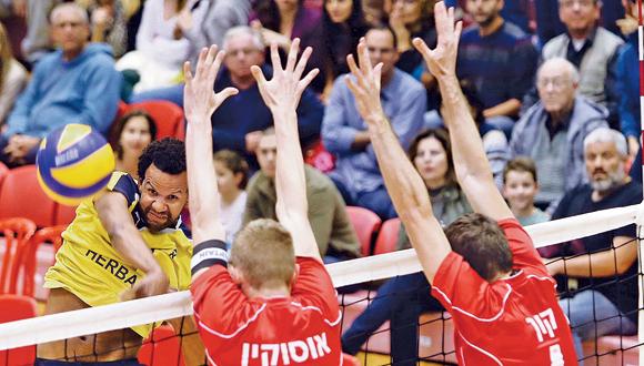 שחקני מטה אשר עכו מול מכבי תל אביב בגמר ליגת כדורעף, צילום: אורן אהרוני