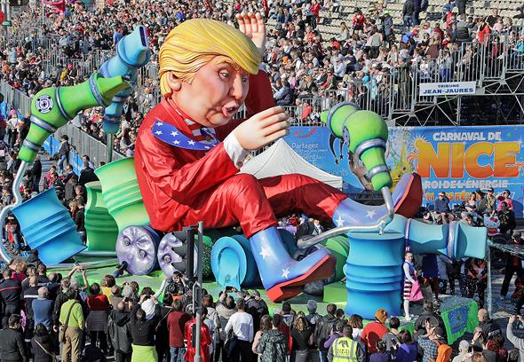 """בובת ענק של נשיא ארה""""ב דונלד טראמפ ב קרנבל ב ניס צרפת, צילום: רויטרס"""