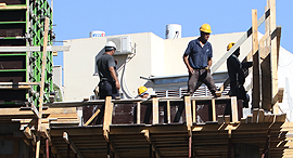 בנייה דירות עובדי בניין פועלי בניין, צילום: שאול גולן