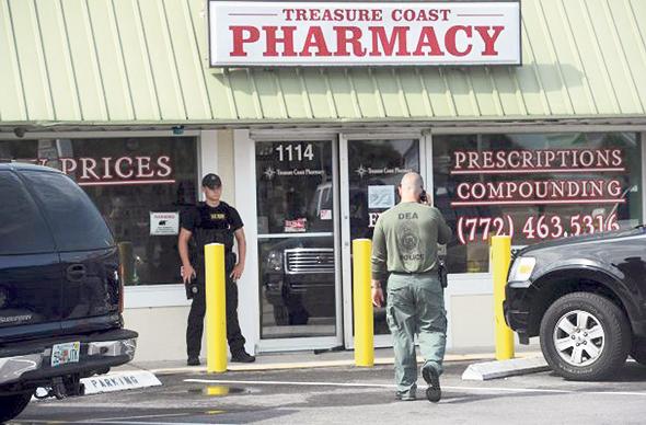 """פשיטה על בית מרקחת שהיה חלק מ""""בית חרושת לכדורים"""" בפלורידה. כביכול מרפאות כאב, בפועל מרכזים להנפקת מאות מרשמי אופיאטים ביום, והתורים ארוכים מאוד"""