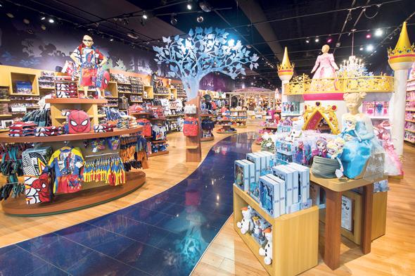 """חנות של דיסני במסצ'וסטס. """"זהו עתיד הלהיטים, מסחור טוטאלי. בפנתיאון של יצרני הלהיטים, דיסני היא זאוס"""""""