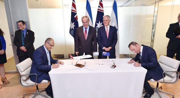 """טקס החתימה: מנכ""""ל קוואנטס גארת אוונס, ר""""מ אוסטרליה מלקום טרנבול, רה""""מ בנימין נתניהו ומנכ""""ל אל על דוד מימון"""