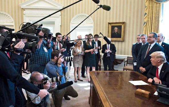 דולנד טראמפ לאחר חתימת הצו מסיבת עיתונאים, צילום: איי אף פי