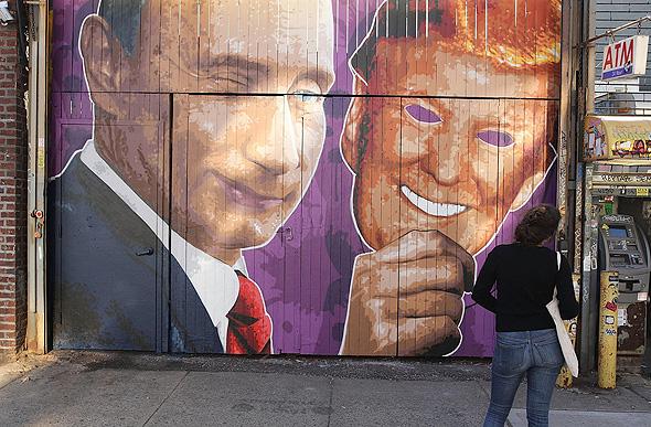 ציור קיר ניו יורק ולדימיר פוטין עם מסכת דונלד טראמפ , צילום: איי אף פי