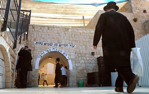 """הכנות להילולת ל""""ג בעומר בקבר רבי שמעון בר יוחאי בהר  מירון. ארכיון"""